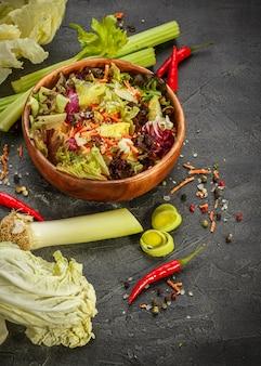 Mélange de feuilles de salade fraîchemélange de feuilles de salade fraîche