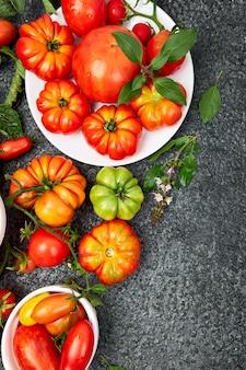 Mélange de fond de tomates. belles tomates rouges biologiques juteuses