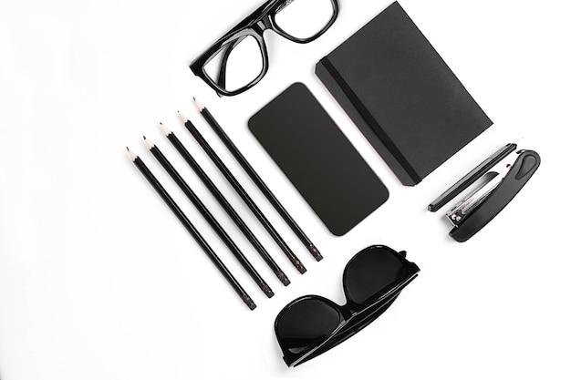 Mélange de fournitures de bureau et de gadgets professionnels sur un bureau moderne