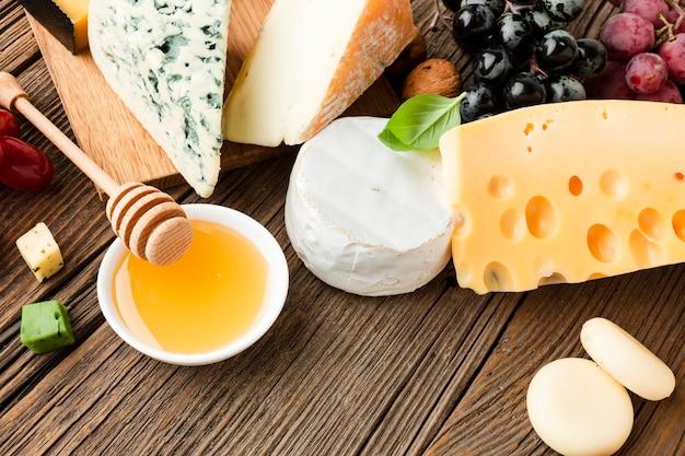 Mélange de fromages à angle élevé miel et raisins