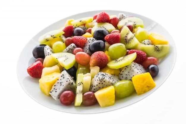 Mélange de fruits en assiette blanche