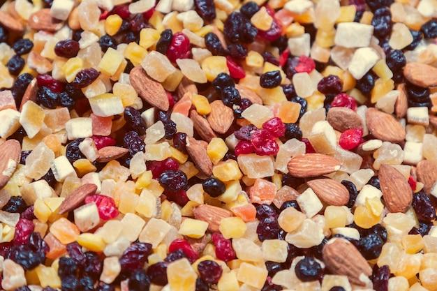 Mélange de fruits confits, noix et raisins secs pour une bouchée rapide (mise au point sélective, effet photo vintage)