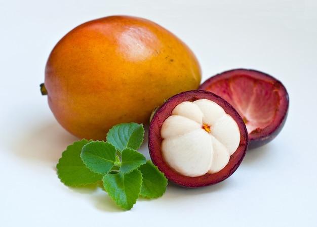 Mélange de fruits exotiques frais, mangoustan, mangue et feuilles de menthe