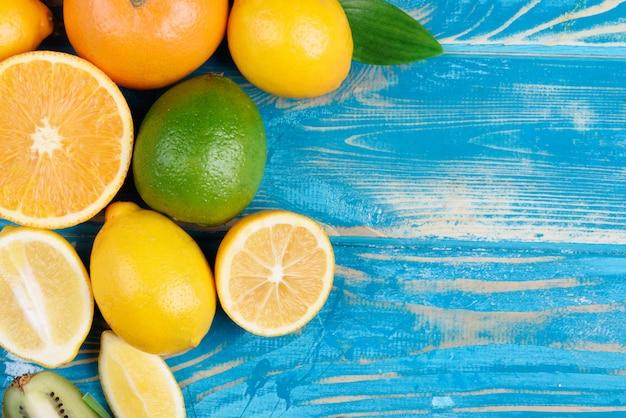 Mélange de fruits frais sur une table en bois bleue