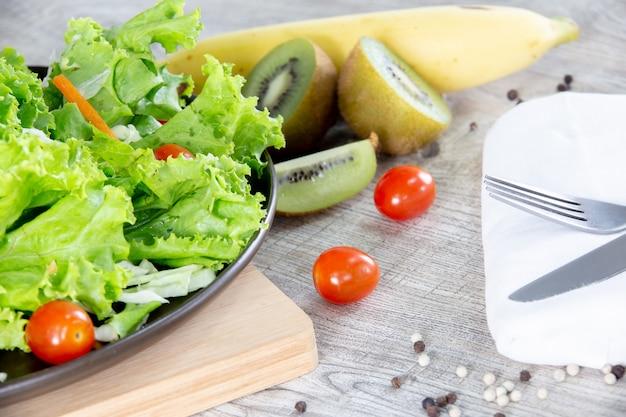 Mélange de fruits et légumes, mélange santé de salade de légumes frais surmontée d'une languette en bois