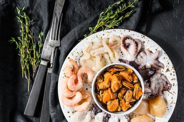 Mélange de fruits de mer à la vapeur, cocktail de mer. vue de dessus