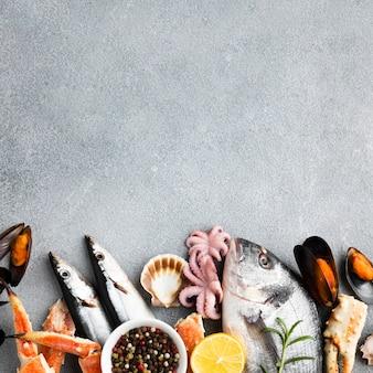 Mélange de fruits de mer vue de dessus avec espace de copie
