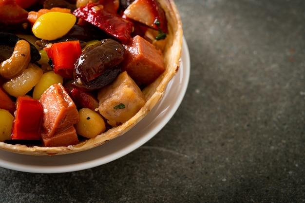 Mélange de fruits et de noix chinois sautés - style de cuisine asiatique