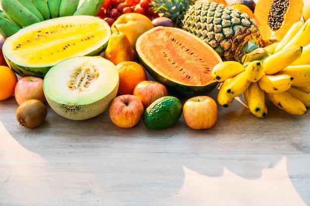 Mélange de fruits avec pomme banane orange et autres