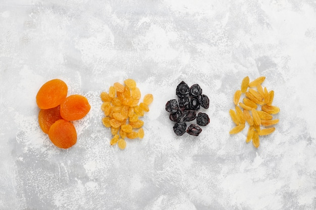 Mélange de fruits secs, abricots, raisins, prunes à la lumière