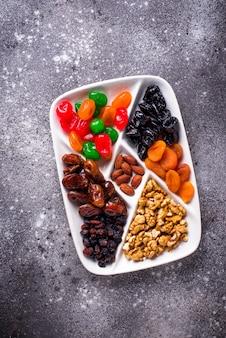 Mélange de fruits secs et noix en assiette
