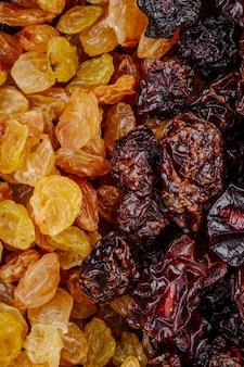 Mélange de fruits secs raisins secs dorés avec cerises vue de dessus