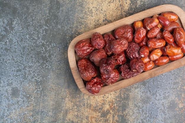 Mélange de fruits secs sains sur plaque en bois. photo de haute qualité