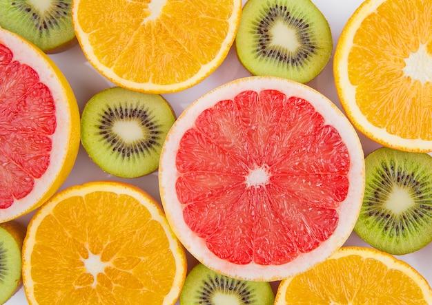 Mélange de fruits sur une surface blanche