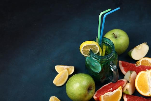 Mélange de fruits en tranches et un pot de mojito bleu