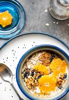 Mélange de graines saines avec de la mandarine