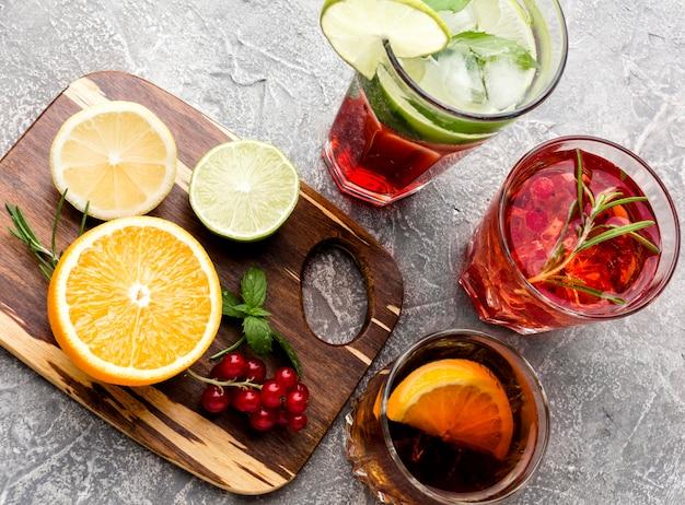 Mélange grand angle de boissons alcoolisées et d'agrumes avec espace copie