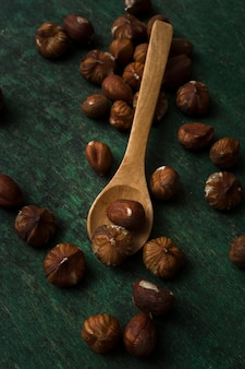 Mélange de gros plan de noix et une cuillère