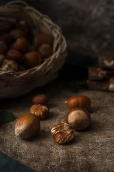 Mélange de gros plan de noix sur la table