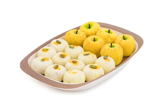 Mélange indien aliments doux pomme en forme de peda blanc