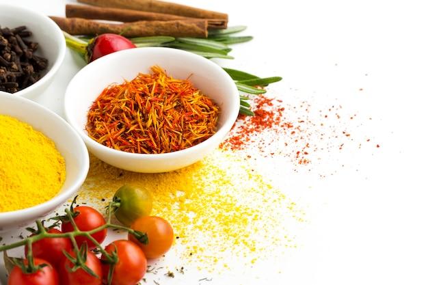 Mélange d'ingrédients en poudre d'épice sur la table