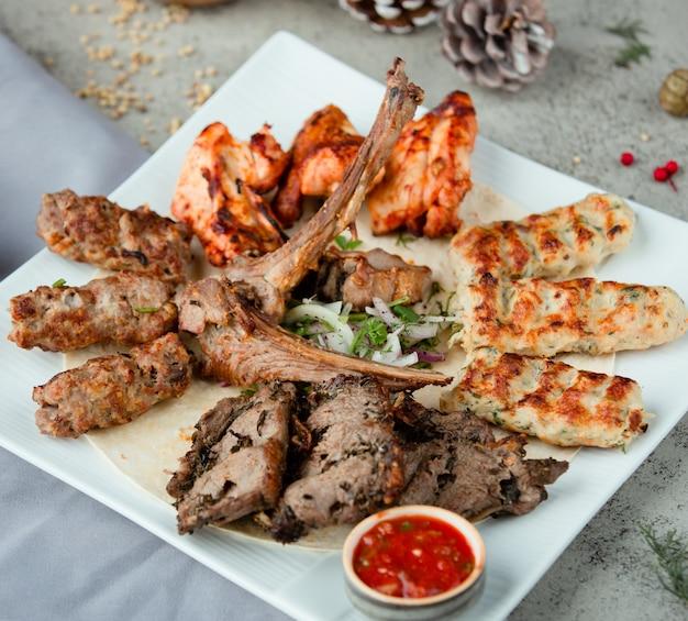 Mélange de kebab national azéri avec des oignons et des herbes