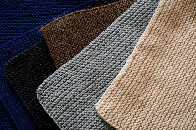 Mélange de laine tricotée noir, gris, bleu indigo, marron et beige