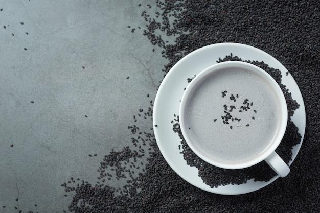 Mélange de lait de soja sésame noir sur fond sombre