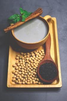 Mélange de lait de soja sésame noir avec graines de soja et graines de sésame noir