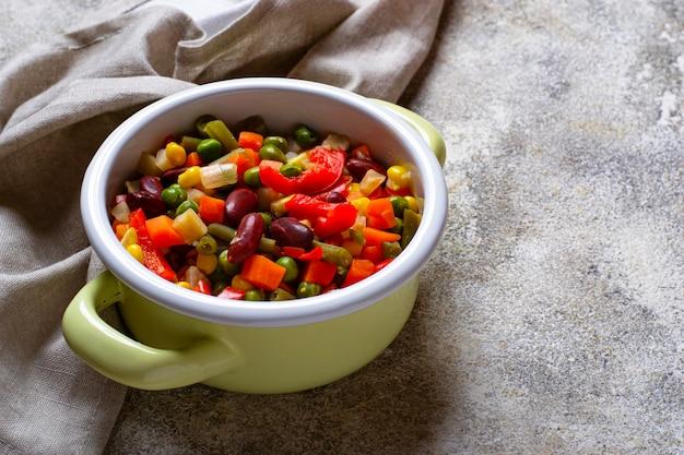 Mélange de légumes bouilli dans un pot vert