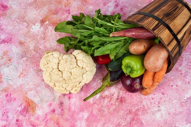 Mélange de légumes dans un seau en bois.