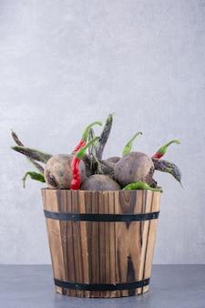 Mélange de légumes dans un seau rustique en bois