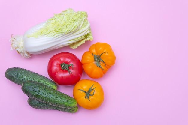 Mélange de légumes sur fond rose