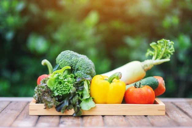 Un mélange de légumes frais dans un plateau en bois sur la table