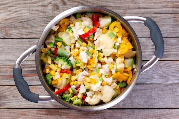 Mélange de légumes surgelés dans la poêle. vue de dessus