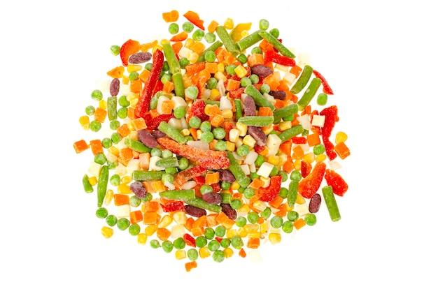Mélange de légumes surgelés hachés de couleurs vives. alimentation saine. photo de studio