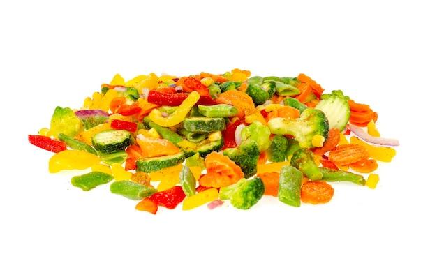 Mélange de légumes surgelés hachés de couleurs vives.
