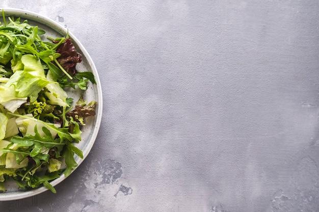 Mélange de légumes verts frais sur une assiette avec espace copie vue de dessus