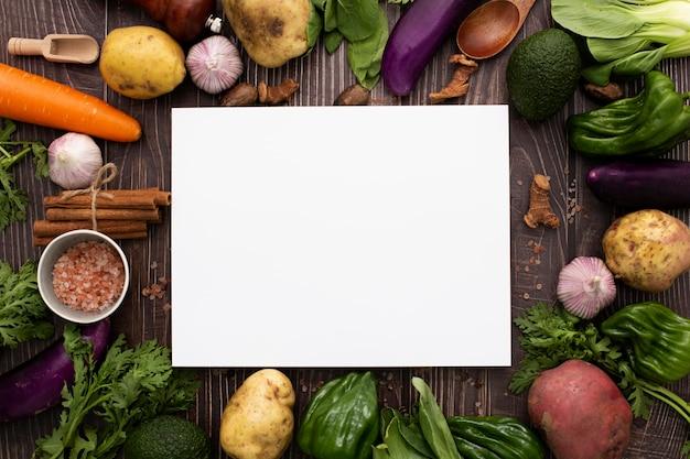 Mélange de légumes vue de dessus avec rectangle vierge