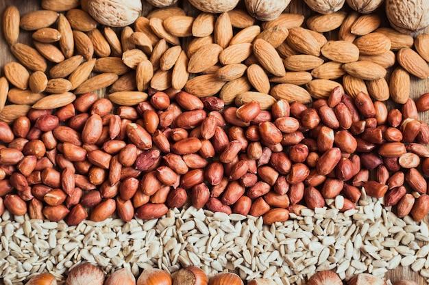 Mélange de noix amandes, noix, cacahuètes, noisettes, graines de tournesol