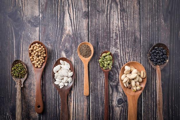 Mélange de noix dans une cuillère en bois.