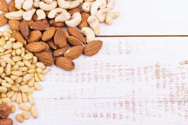 Mélange de noix sur un fond en bois blanc
