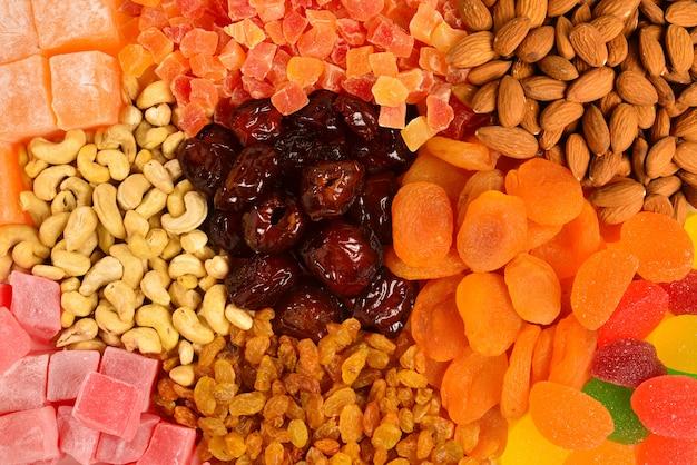 Mélange de noix et de fruits secs et de délices turcs sucrés