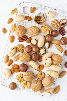 Mélange de noix - noix, amandes, noix de pécan, macadamia et couteau pour ouvrir la coquille