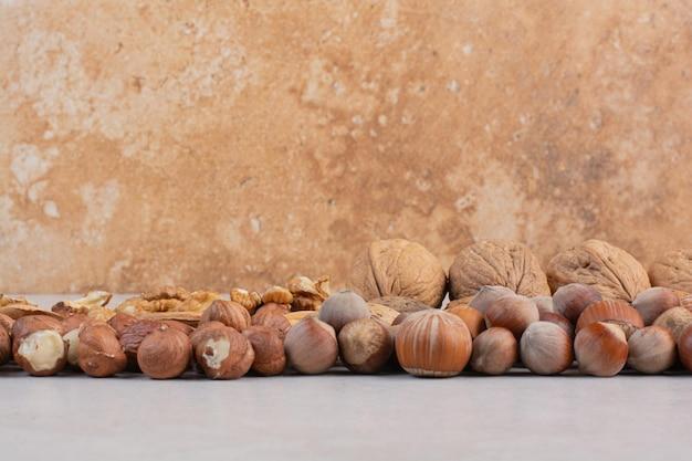 Mélange de noix saines sur une surface en marbre