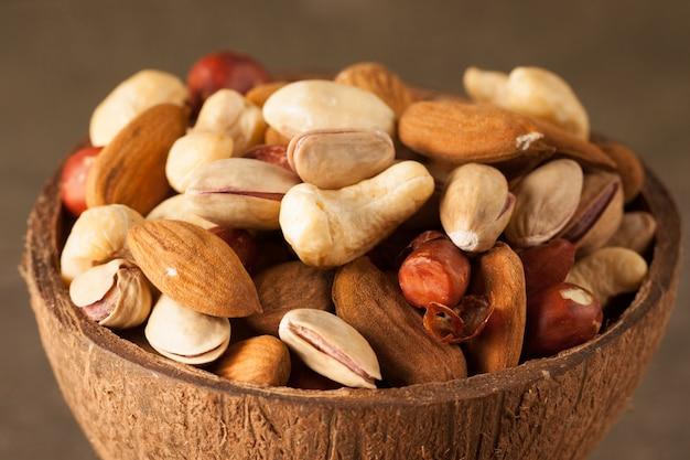 Mélange de noix sur une table en bois