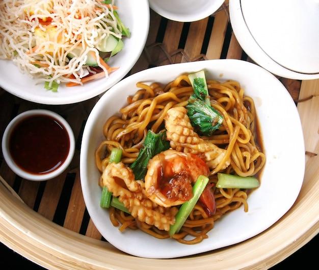Mélange de nouilles chinoises avec calamars et crevettes