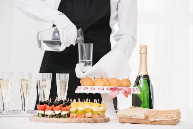 Mélange de nourriture et de boissons sur la table