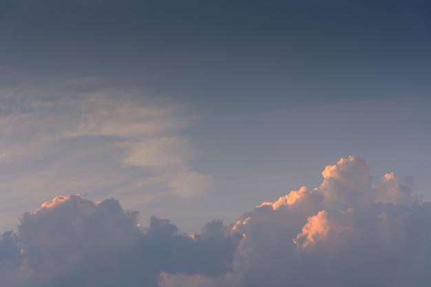 Un mélange de nuages bleus et de nuages chauds pendant l'heure d'or
