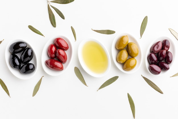 Mélange d'olives noires, vertes, violettes et d'huile